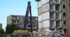 Взрывные работы при сносе зданий